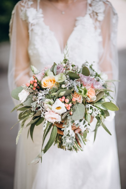 Mariée tenant son bouquet le jour de son mariage Photo gratuit