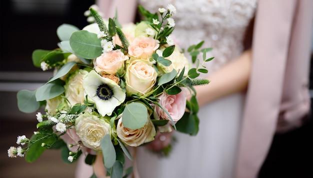 Mariée, tenue, élégant, bouquet fleurs fleurs Photo Premium