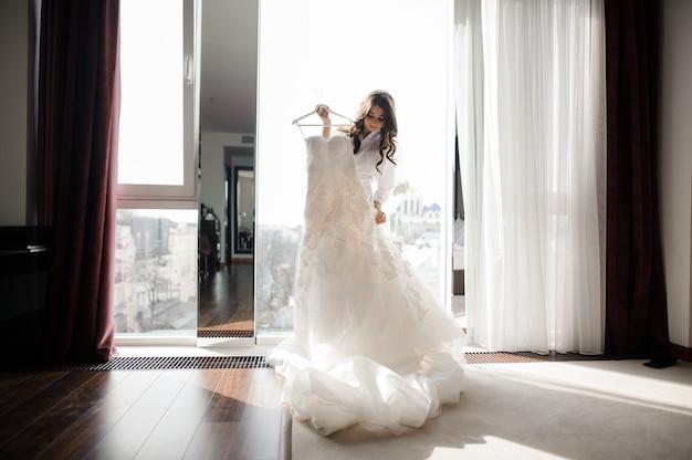 Mariée, Tenue, Mariage, Robe, Cintre, Fenêtre Photo Premium