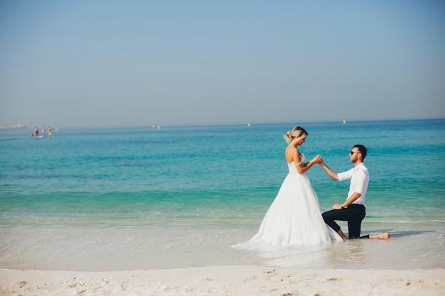 Mariées près de la mer Photo Premium