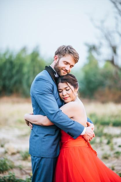 Les mariés ont du temps de romance et heureux ensemble Photo gratuit