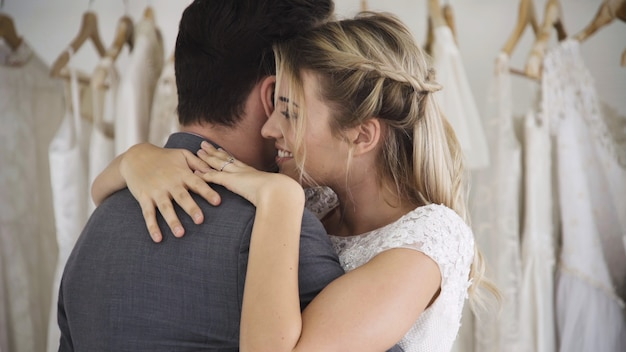 Les mariés en robe de mariée préparent la cérémonie. Photo Premium