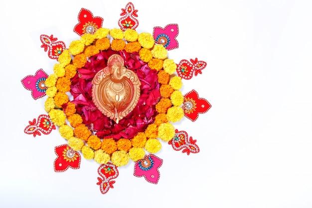 Marigold flower rangoli design pour le festival diwali, décoration florale du festival indien Photo Premium