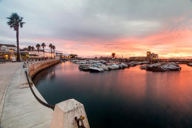 Marina avec des bateaux de plaisance Photo Premium