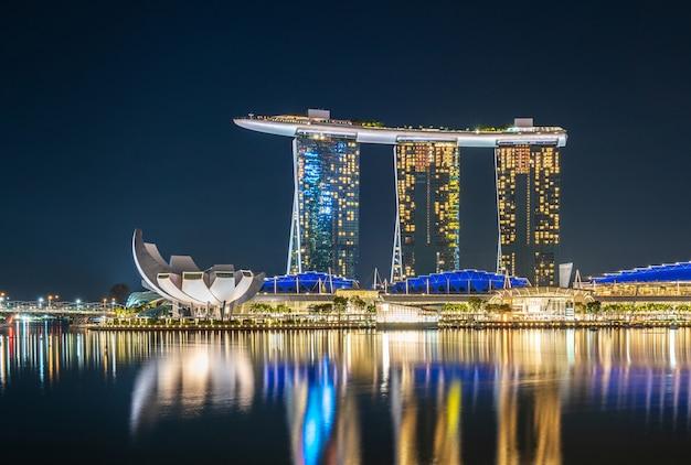 Marina bay illuminée se reflétant dans l'eau Photo gratuit
