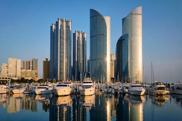 Marina De Busan Avec Yachts Au Coucher Du Soleil, Corée Du Sud Photo Premium
