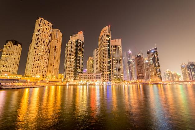 Marina district le 10 janvier aux emirats arabes unis, dubaï. le quartier de la marina est un quartier résidentiel populaire à dubaï Photo Premium