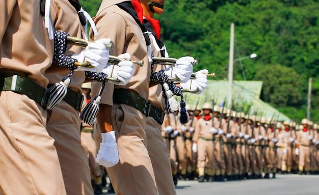 Marins de la marine thaïlandaise défilant au défilé annuel de la fête de la république i Photo Premium