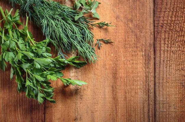 Marjolaine aux herbes épicée sur une table en bois Photo Premium