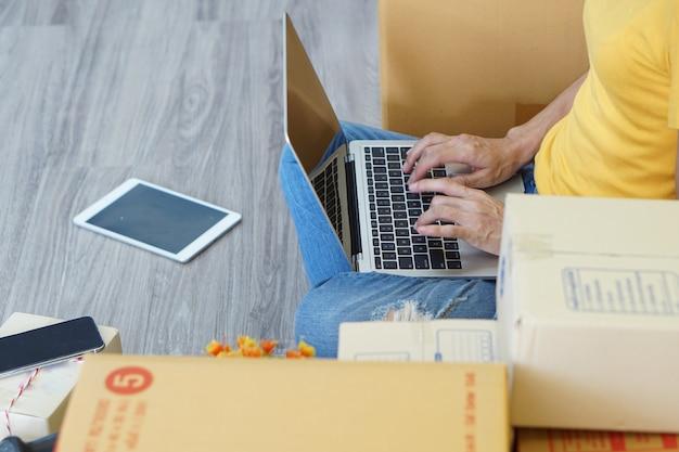 Le marketing en ligne peut aider un jeune à démarrer une petite entreprise dans une boîte en carton à la maison. Photo Premium