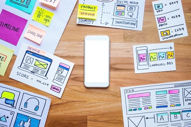 Marketing Numérique D'entreprise Avec Smartphone Et Croquis De Paperasse Sur Table En Bois Photo Premium