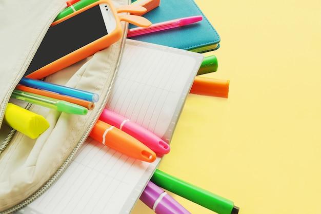 Marqueurs de couleurs vives, stylos, taille-crayon, gomme, ciseaux. fournitures scolaires Photo Premium