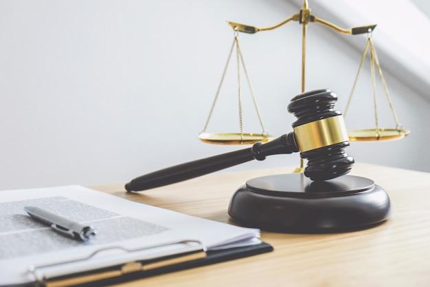 Un marteau sur bloc de sons, objet et livre de droit pour travailler avec l'accord du juge Photo Premium
