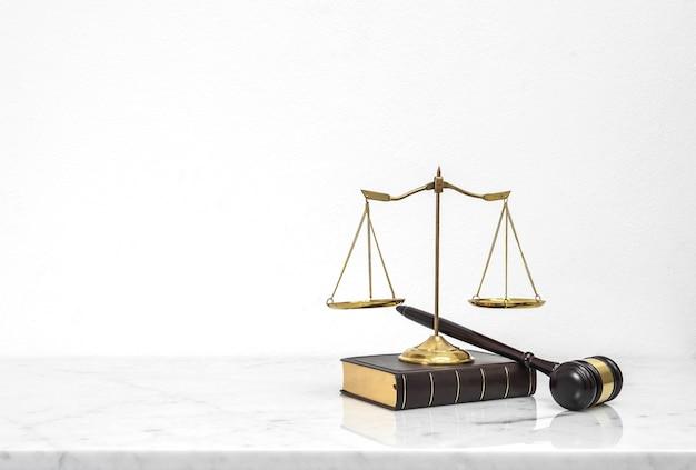 Marteau En Bois Et Livre De Droit Mis Sur Le Comptoir De Table En Marbre Blanc Photo Premium
