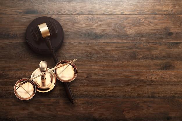 Marteau du juge et des échelles sur fond en bois Photo Premium