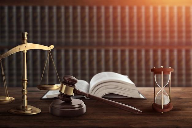 Le marteau du juge et un livre sur une table en bois Photo Premium