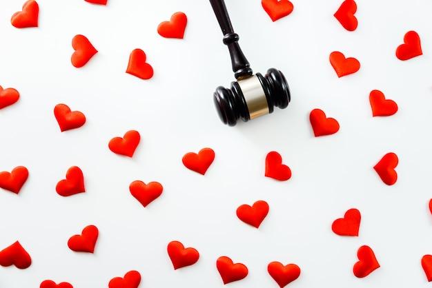 Marteau Entouré De Coeurs Rouges Isolé Sur Blanc, Amour Pour La Justice Et Conformité Aux Règles Médicales De La Médecine Médicale. Photo Premium
