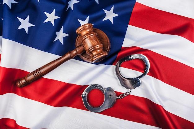 Marteau, menottes et drapeau américain Photo Premium