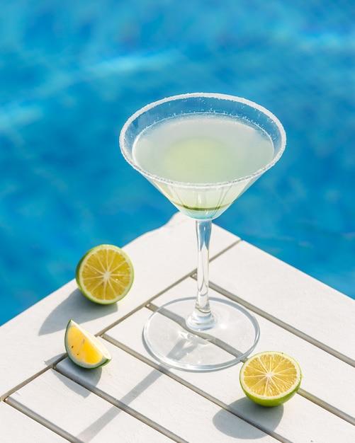 Martini à La Lime Autour D'une Piscine. Photo gratuit