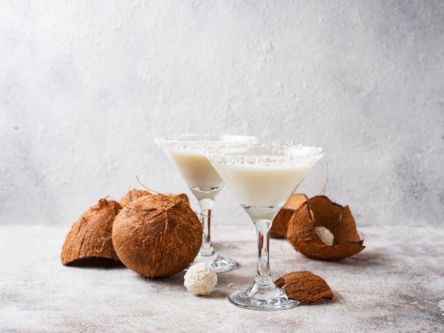 Martini à la noix de coco ou margarita. cocktail alcoolique Photo Premium