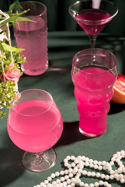 Martinis Rose à Côté De Perles Sur La Table Photo gratuit