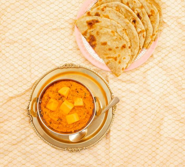 Masala au beurre de fromage de cuisine indienne servi avec roti tandoori Photo Premium