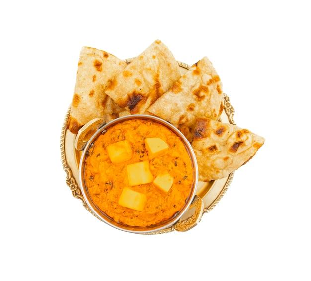 Masala au beurre de fromage cuisine populaire indienne, servi avec roti tandoori Photo Premium