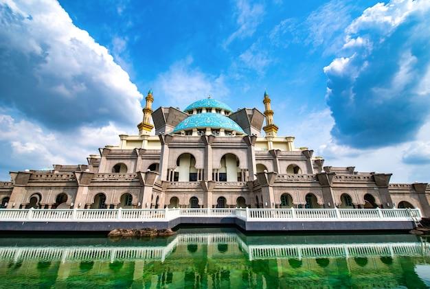 Masjid Wilayah Persekutuan Sur Fond De Ciel Bleu Pendant La Journée à Kuala Lumpur, Malaisie. Photo Premium