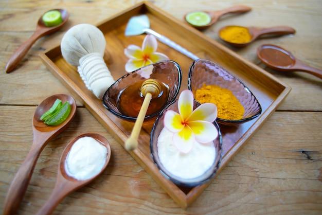 Masque au yogourt en poudre au curcuma et miel pour la santé de la peau. Photo Premium