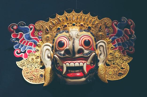 Masque de barong en bois de tegallalang à bali, indonésie Photo Premium