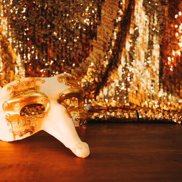 Masque De Carnaval Blanc Vénitien Sur Table En Bois Contre Tissu Paillettes Photo gratuit