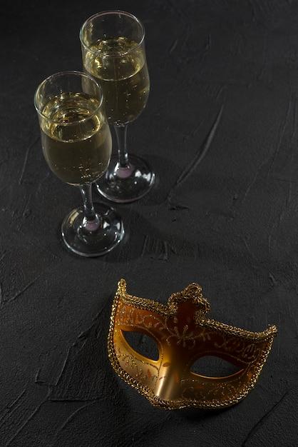Masque de carnaval avec des coupes à champagne Photo gratuit