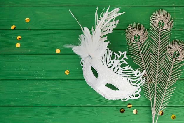 Masque de carnaval avec des plumes Photo gratuit