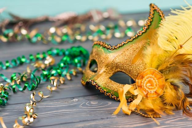 Masque de carnaval sur table en bois Photo gratuit