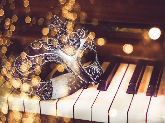 Masque De Carnaval Sur Les Touches Du Piano Photo Premium