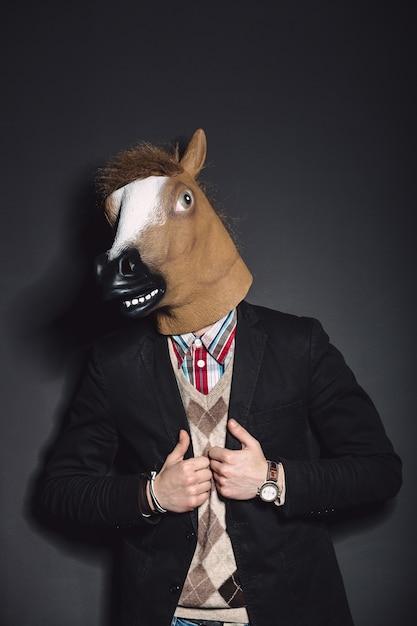 Masque de cheval homme en studio Photo gratuit
