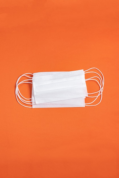 Masque Chirurgical Sur Fond Orange Minimaliste Photo gratuit