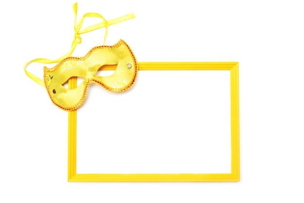 Masque doré et cadre vide isolé sur fond blanc. Photo Premium