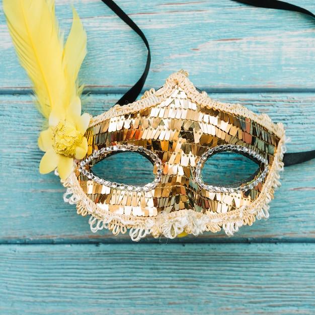 Masque doré avec paillettes et plume Photo gratuit