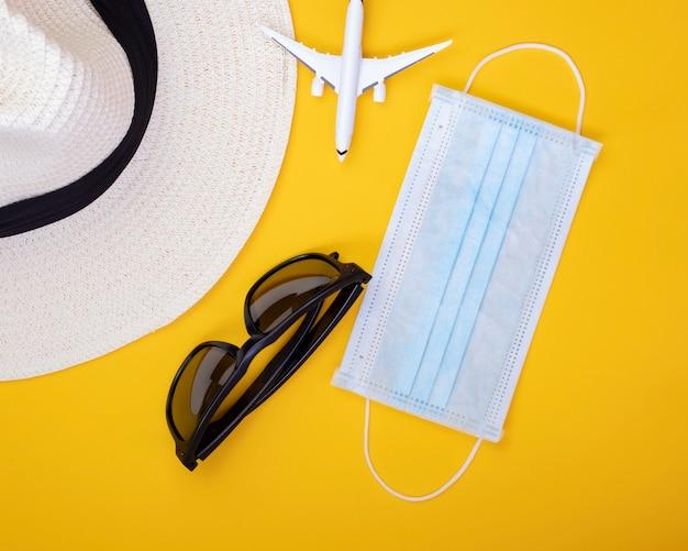 Masque Facial De Restriction De Voyage Abstrait, Lunettes De Soleil Et Chapeau. Photo Premium