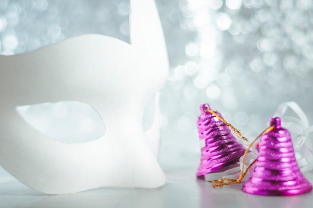 Masque De Mascarade Avec Des Cloches De Noël Sur Un Bleu Photo Premium