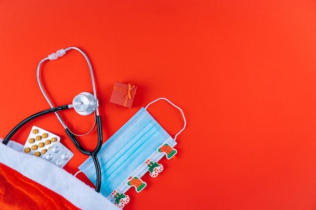 Masque Médical Avec Autocollants De Chrismtas, Stéthoscope Et Médicaments Photo Premium