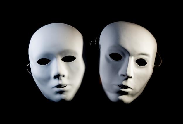 Masques Blancs D'homme Et Femme Sur Fond Noir Photo Premium