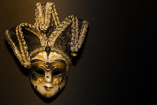 Masques et plumes de carnaval de venise sur fond noir Photo Premium
