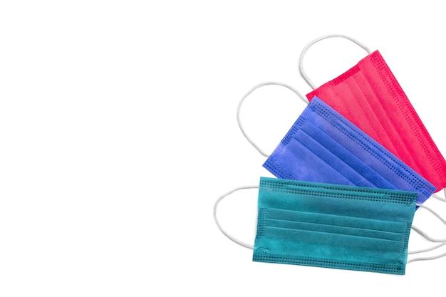 Masques De Protection Lumineux Rouge, Bleu Et Vert Sur Fond Blanc Photo Premium