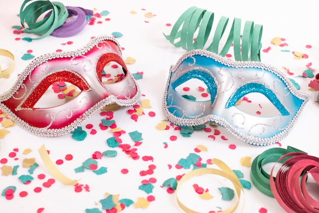 Masques vénitiens avec des confettis Photo Premium