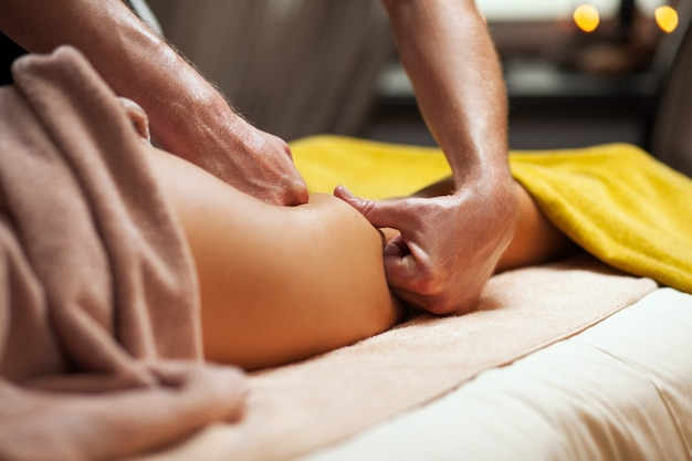 Massage anti-cellulite dans un spa de luxe Photo gratuit