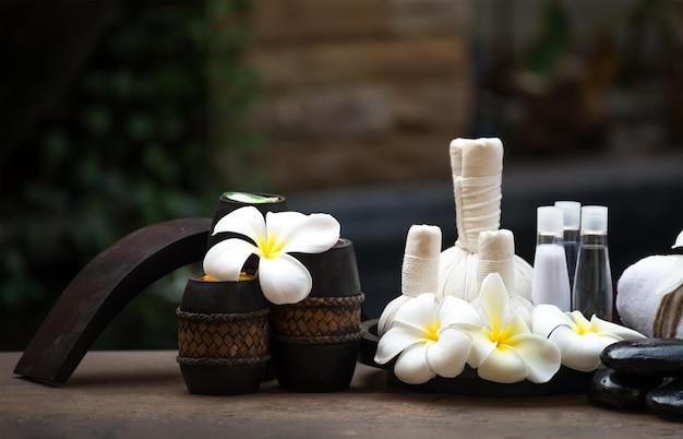 Le Massage Au Spa Comprime Des Balles, Une Balle Aux Herbes Et Un Spa De Traitement En Thaïlande Photo Premium