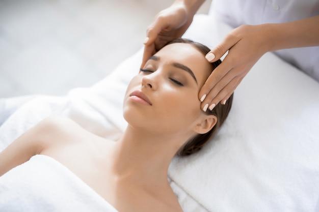 Massage au spa Photo gratuit