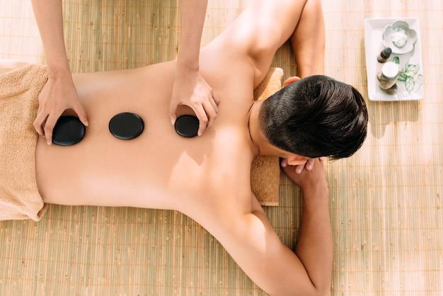 Massage Aux Pierres Chaudes Photo Premium
